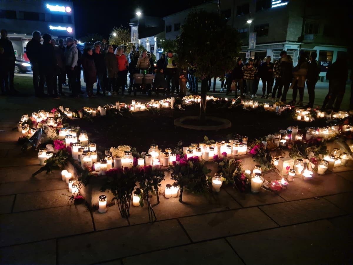 Kongsbergin keskustassa oli torstai-iltana runsaasti asukkaiden tuomia kukkia ja kynttilöitä.