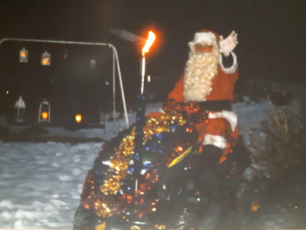 Sinikka Pelttarin kuva joulupukki ruohonleikkurin päällä
