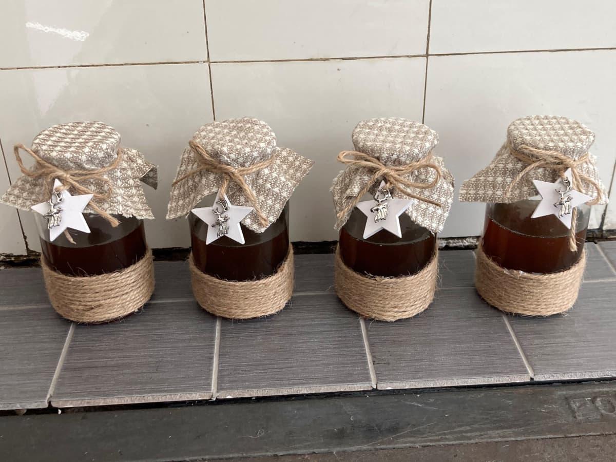Hunajaa koristelluissa purkeissa