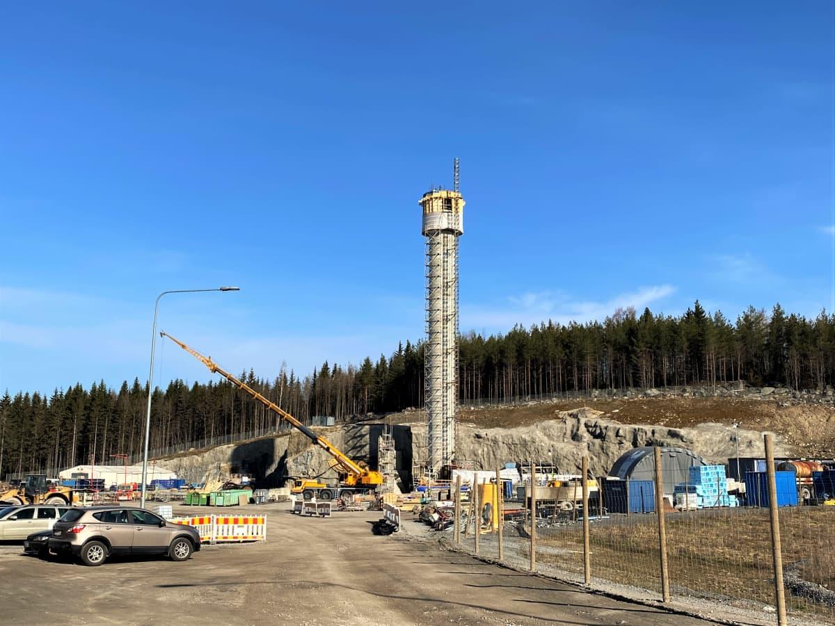 Sulkavuoren poistoilmapiipputyömaa 19. huhtikuuta 2021. Piippu on 44 metrin korkeudessa.