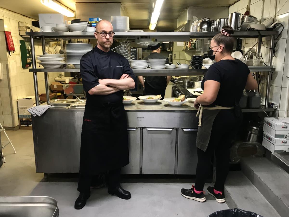 Isä Camillon keittiömestari Sami Kinnunen ravintolan keittiössä.