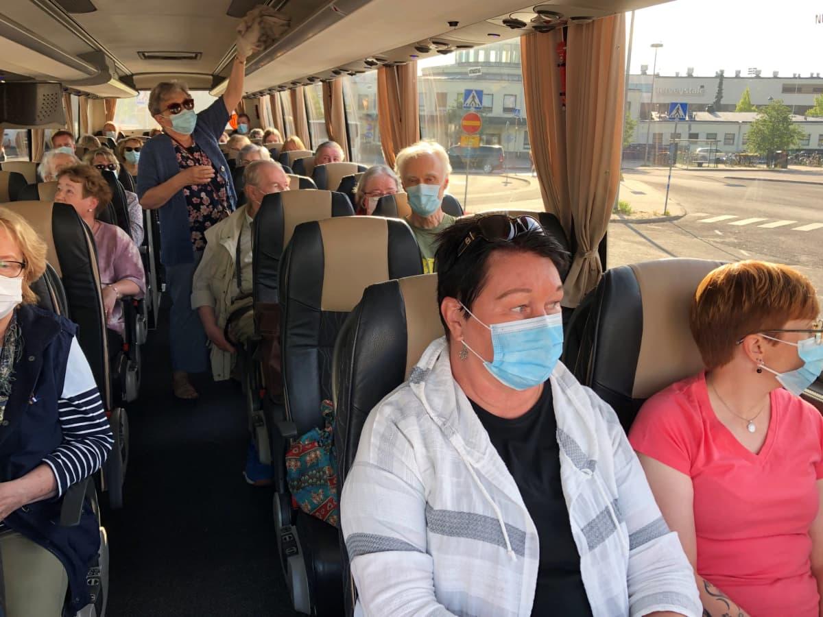 Matkustajia koronapandemian aikaan heinäkuussa 2021 lähdössä opastetulle saaristokierrokselle.