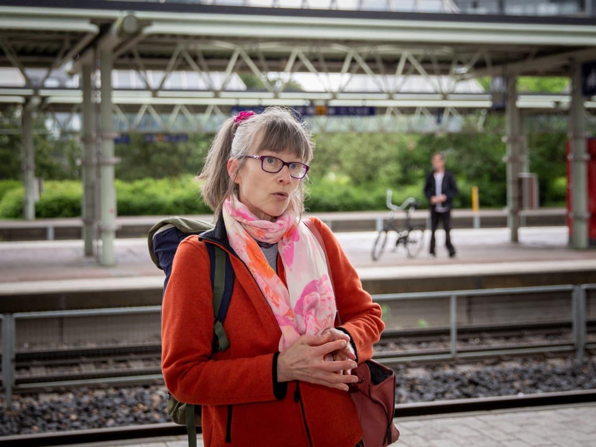 Leena Ahonen odottaa junaa.