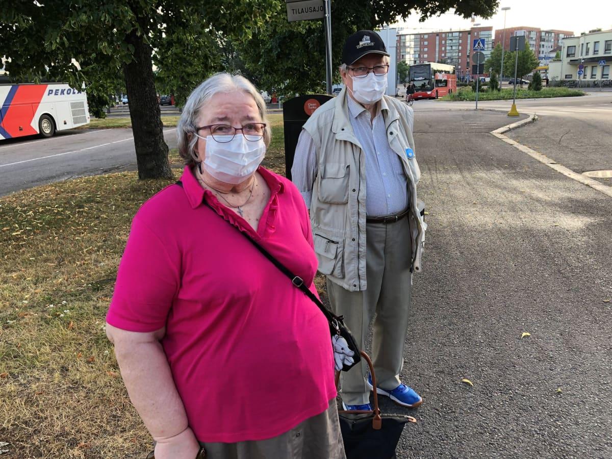 Sirpa ja Mikko Salminen odottamssa bussia, joka vie saaristokierrokselle.