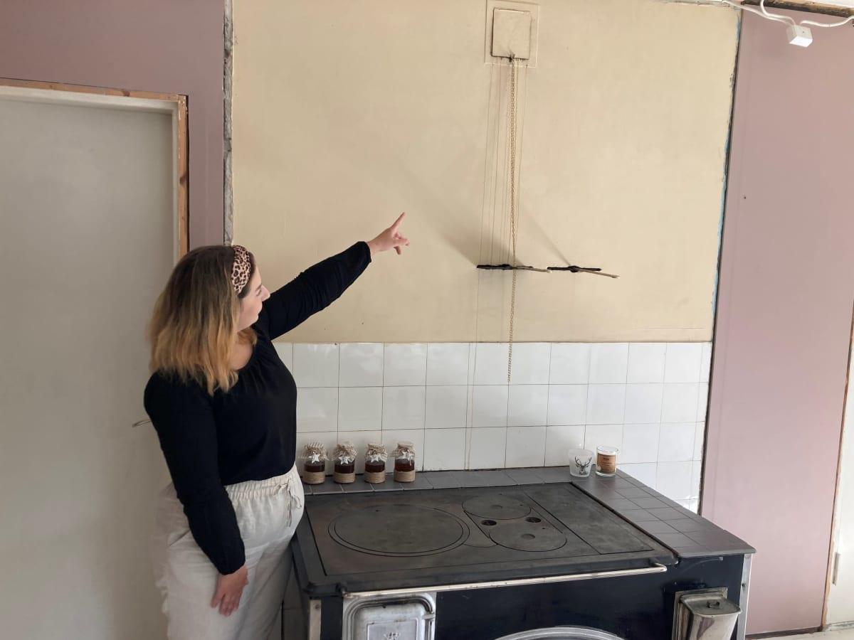 Laura Kanerva näyttää, mistä hunajaa valui