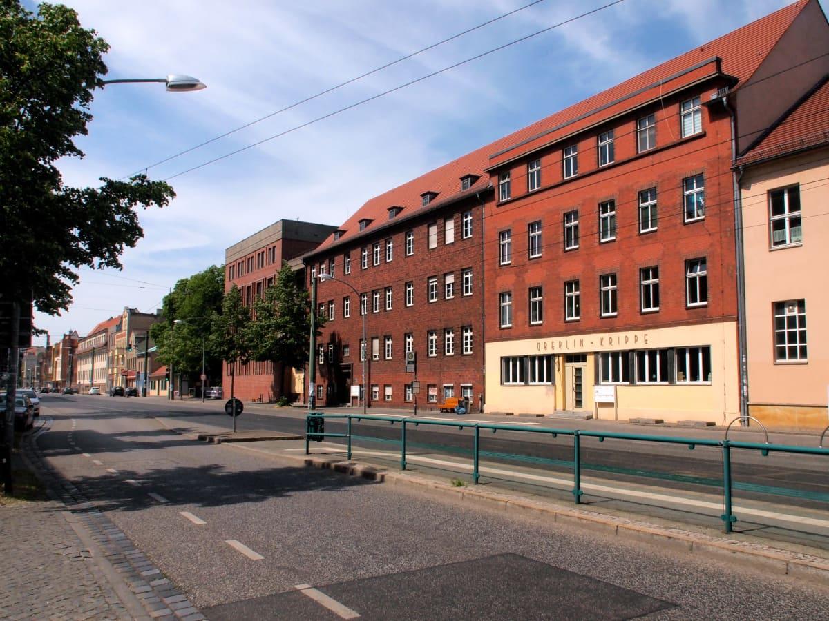 Rakennuksia kadun varressa