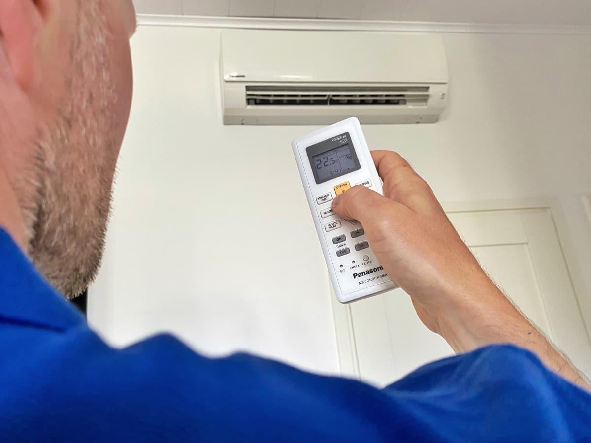 Käyttäjä säätää ilmalämpöpumpun lämpötilaa.