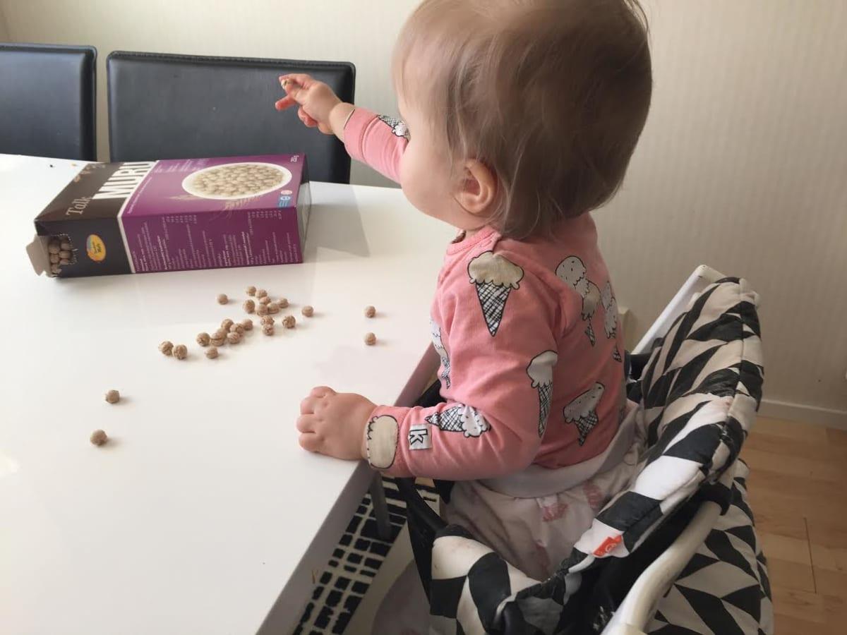 Vauva tavoittelee sormiruokaa