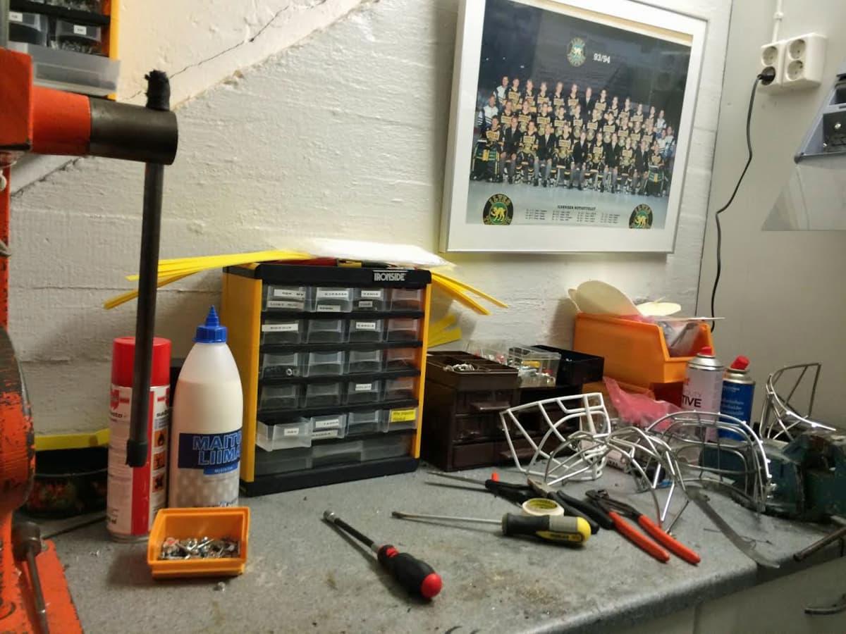 Ilveksen huoltajien työpöytä, jossa on mm. ruuvimeisseleitä.