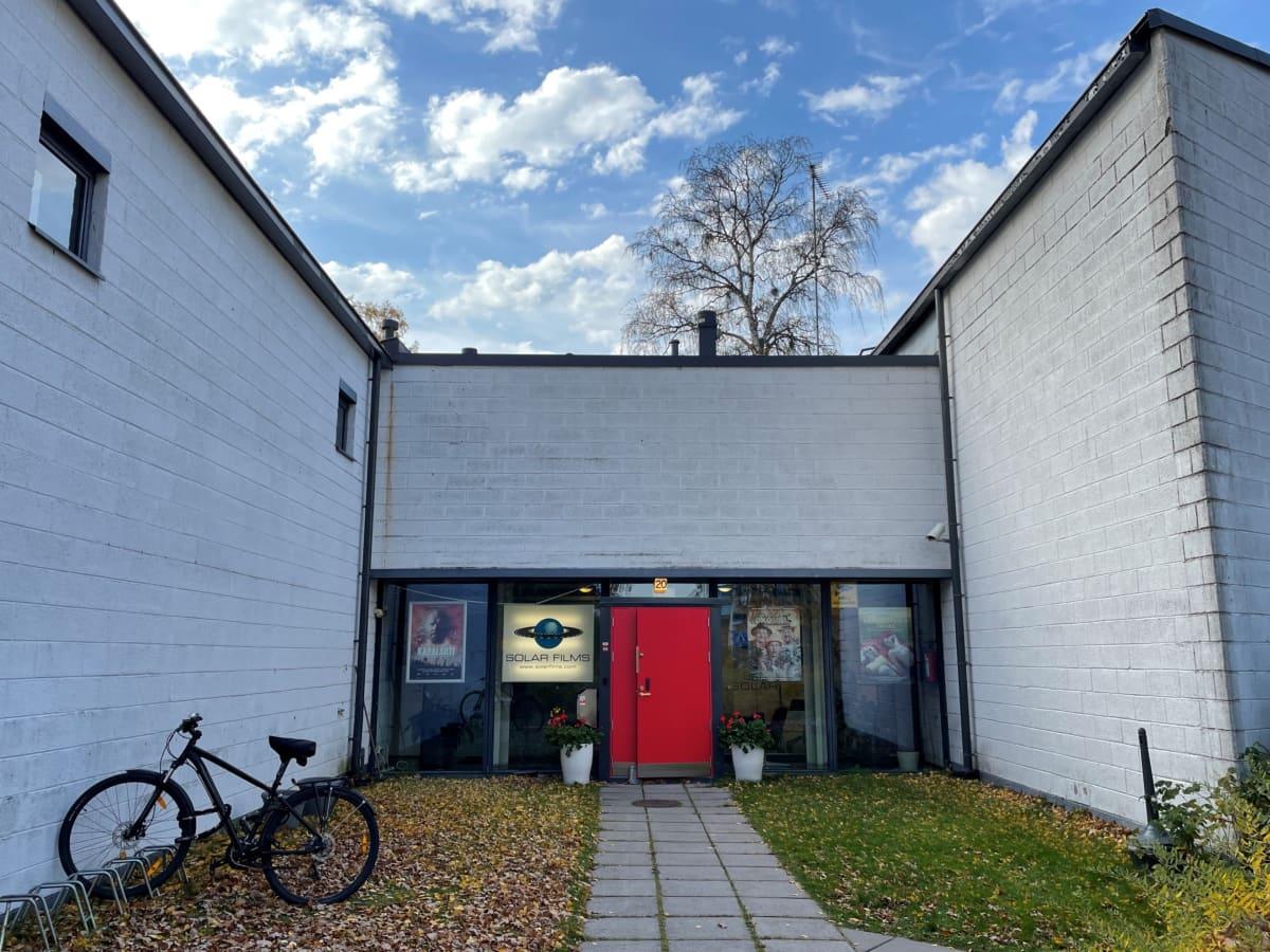 Solar Filmsin toimistorakennus Helsingin Lauttasaaressa. - Me ei lähdetä täältä koskaan mihinkään. Jos tarvitsemme lisätilaa, vuokraamme sitä muualta, yhtiön omistaja ja vastaava tuottaja Markus Selin kommentoi.