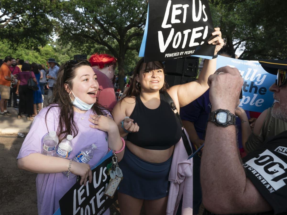 Demokraattien kannattajat kokoontuivat viikonloppuna Texasin Austinissa osoittamaan mieltään vaalilain muuttamisen puolesta.