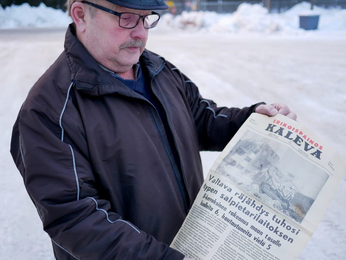 Mauri Kangasluoma on säästänyt onnettomuudesta kertovan Kalevan erikoispainoksen.