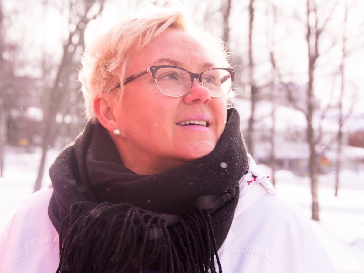 Entinen kätilö Tarja Kovalainen seisoo vanhan työpaikkansa pihalla ja muistelee onnellista aikaansa unelmatyönsä parissa