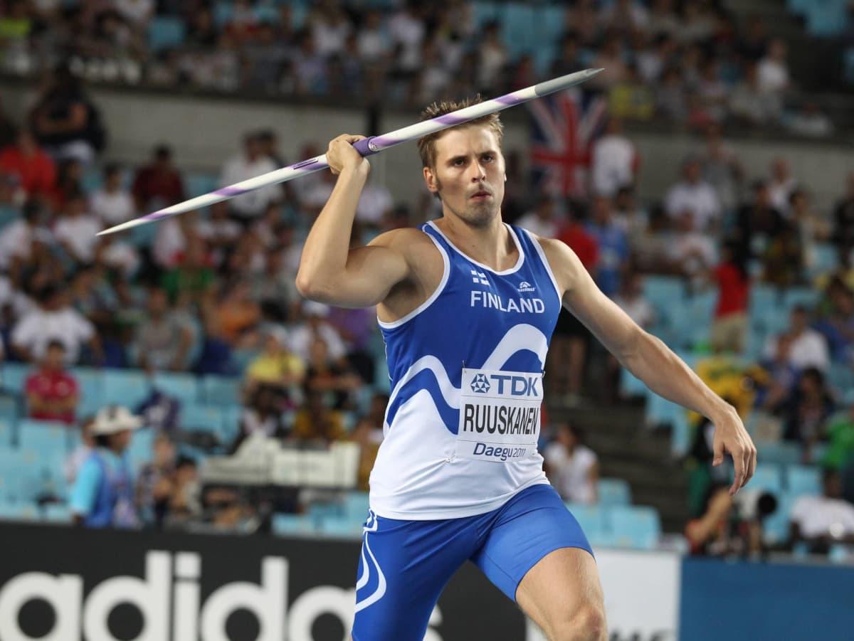 Antti Ruuskanen pääsi vuoden 2011 Daegun MM-kisoihin, kun hän voitti kisalippua koskeneen käsittelyn Urheilun oikeusturvalautakunnassa. Daegussa hän oli kisojen paras suomalainen, yhdeksäs.