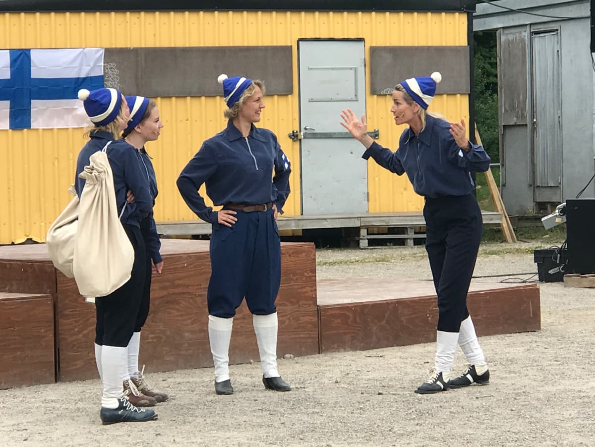 Neljä naishiihtäjää keskustelee lavalla Äitee ja kilpasiskot-näytelmän harjoituksissa.
