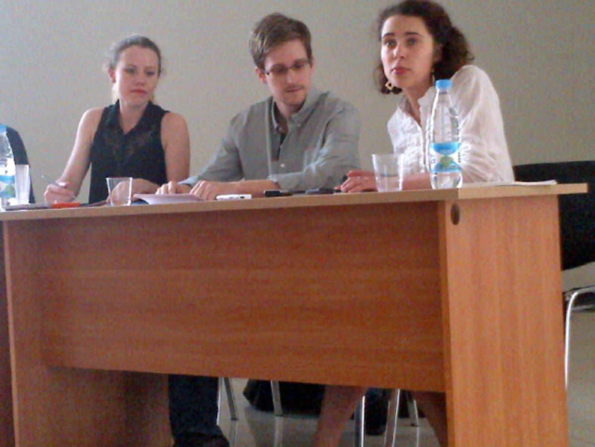 Human Rights Watchin välittämässä kuvassa Edward Snowden istuu WikiLeaksin Sarah Harrisonin (vas.) vieressä.
