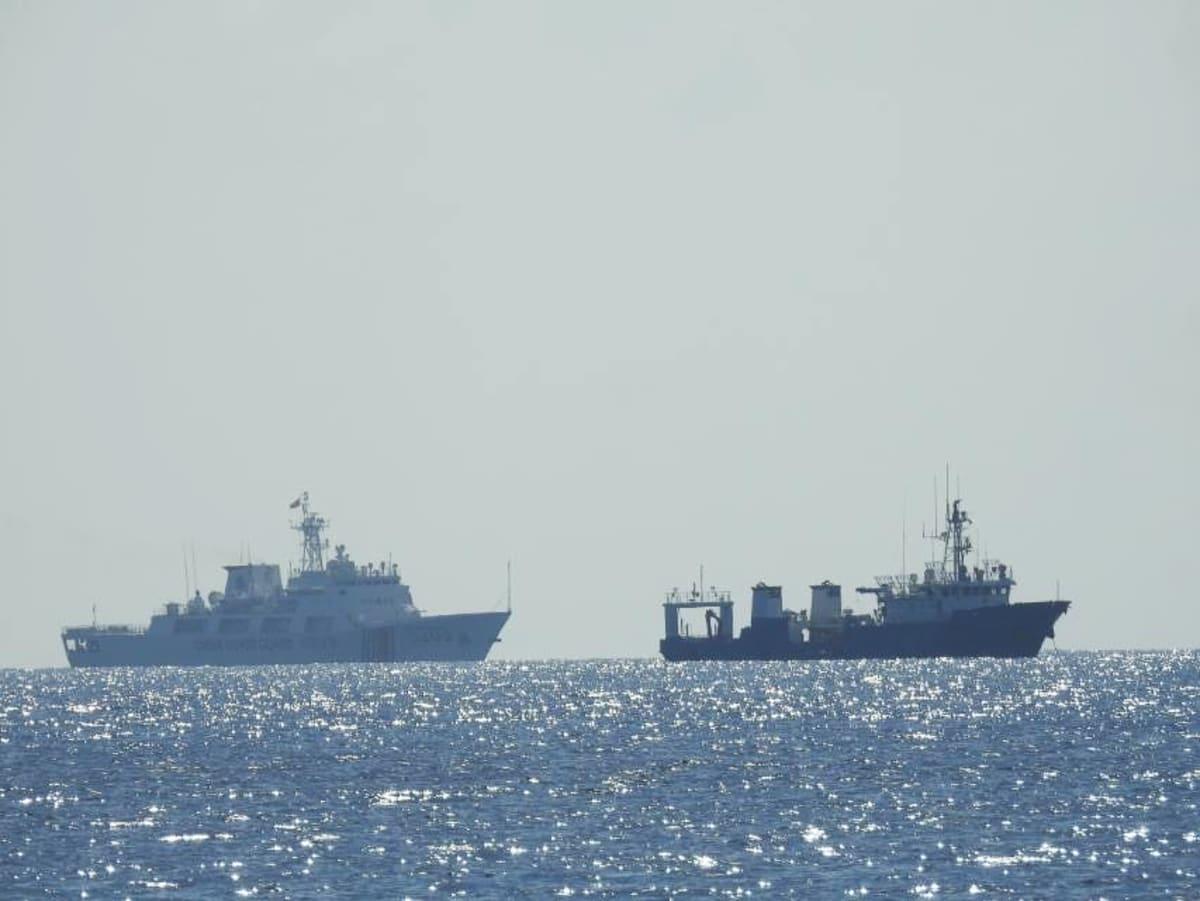 Ankkuroituja Kiinan rannikkovartioston aluksia Whitsun Reefilla Spratlysaarten vesillä huhtikuussa 2021.