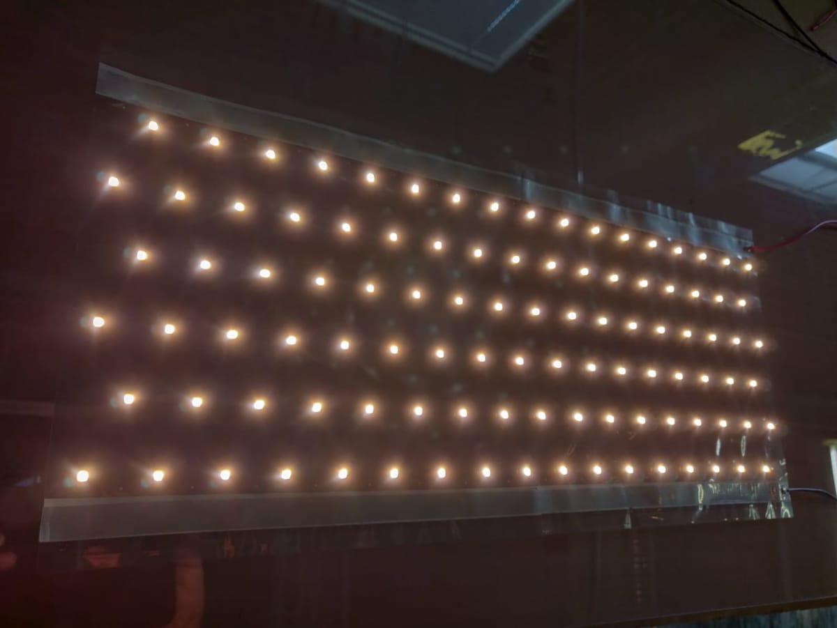 Flexbrightin valaistusteknologia valaisee ja puhdistaa samanaikaisesti esimerkiksi lasisia myyntitiskejä.