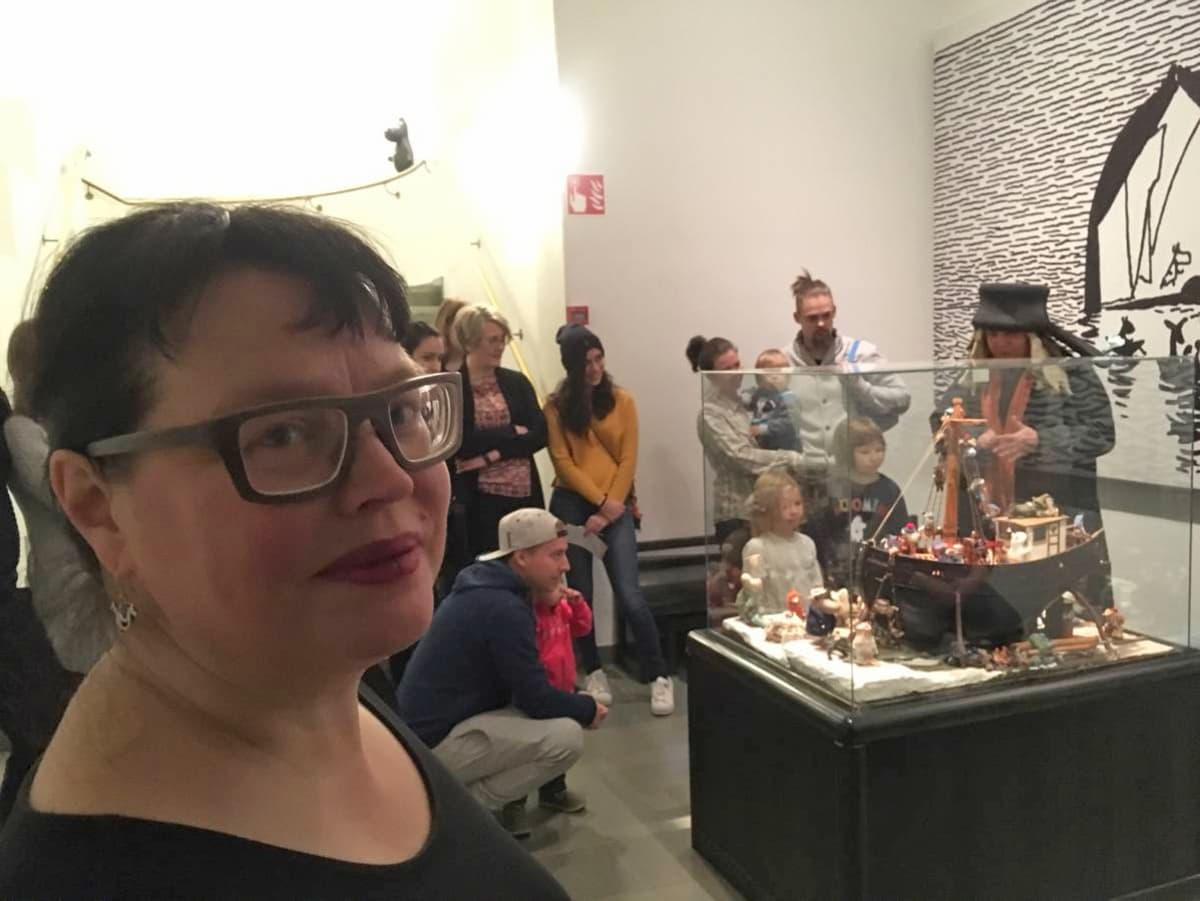Museonjohtaja Taina Myllyharju ja yleisöä.