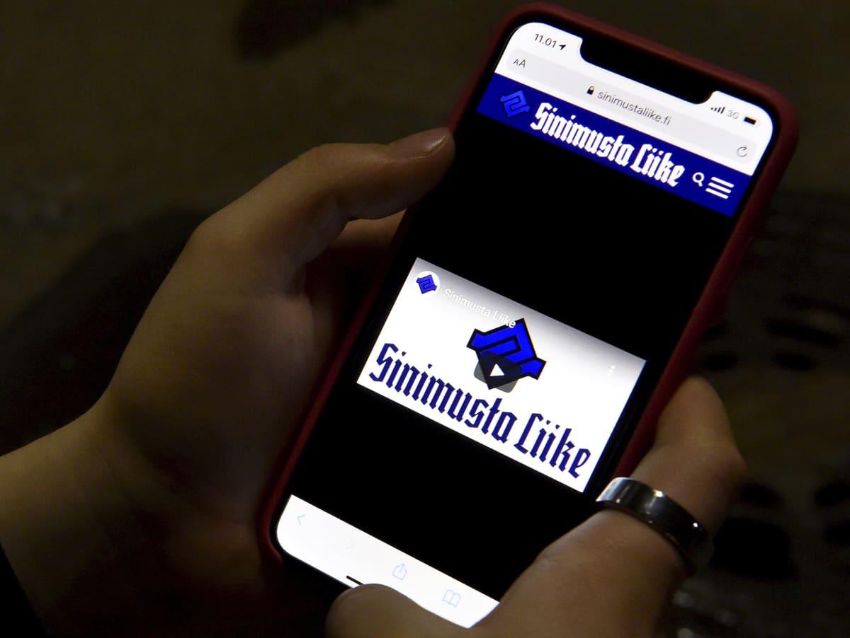 Sinimustan liikkeen sivusto puhelimen näytöllä