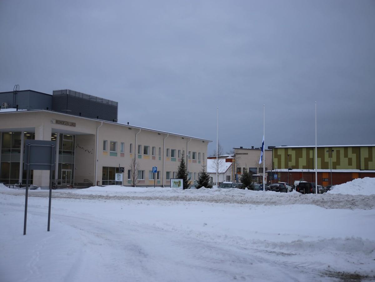 Suruliputus Muhoksen yläkoululla epäillyn perhesurman jälkeen tammikuussa 2021.