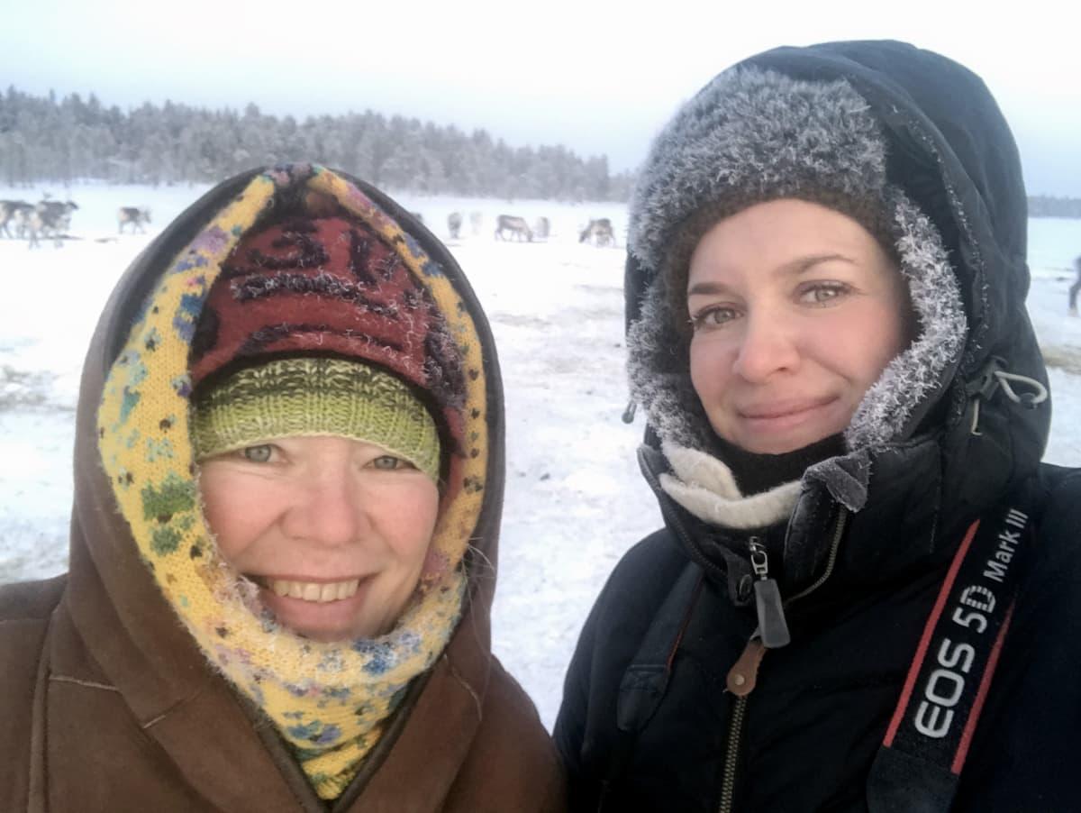 Toimittajat Jaana Kanninen ja Kukka Ranta tutustumassa Muddusjärven paliskuntaan.