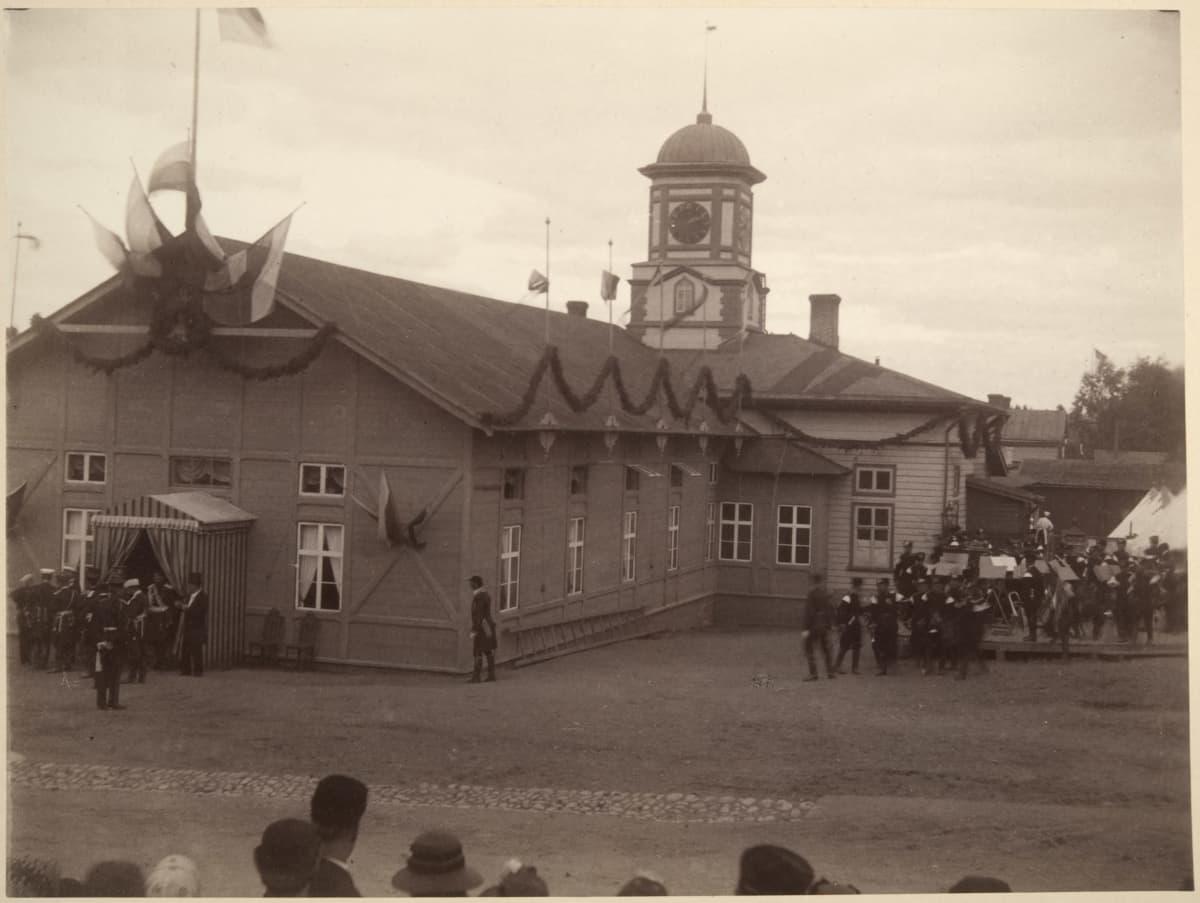 Lappeenrannan raatihuoneen viereen rakennettu matala lisärakennus, jossa keisarin vieraat aterioivat