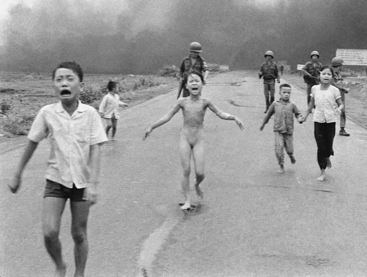 Ikoninen kuva napalmin polttamasta alastomasta tytöstä.