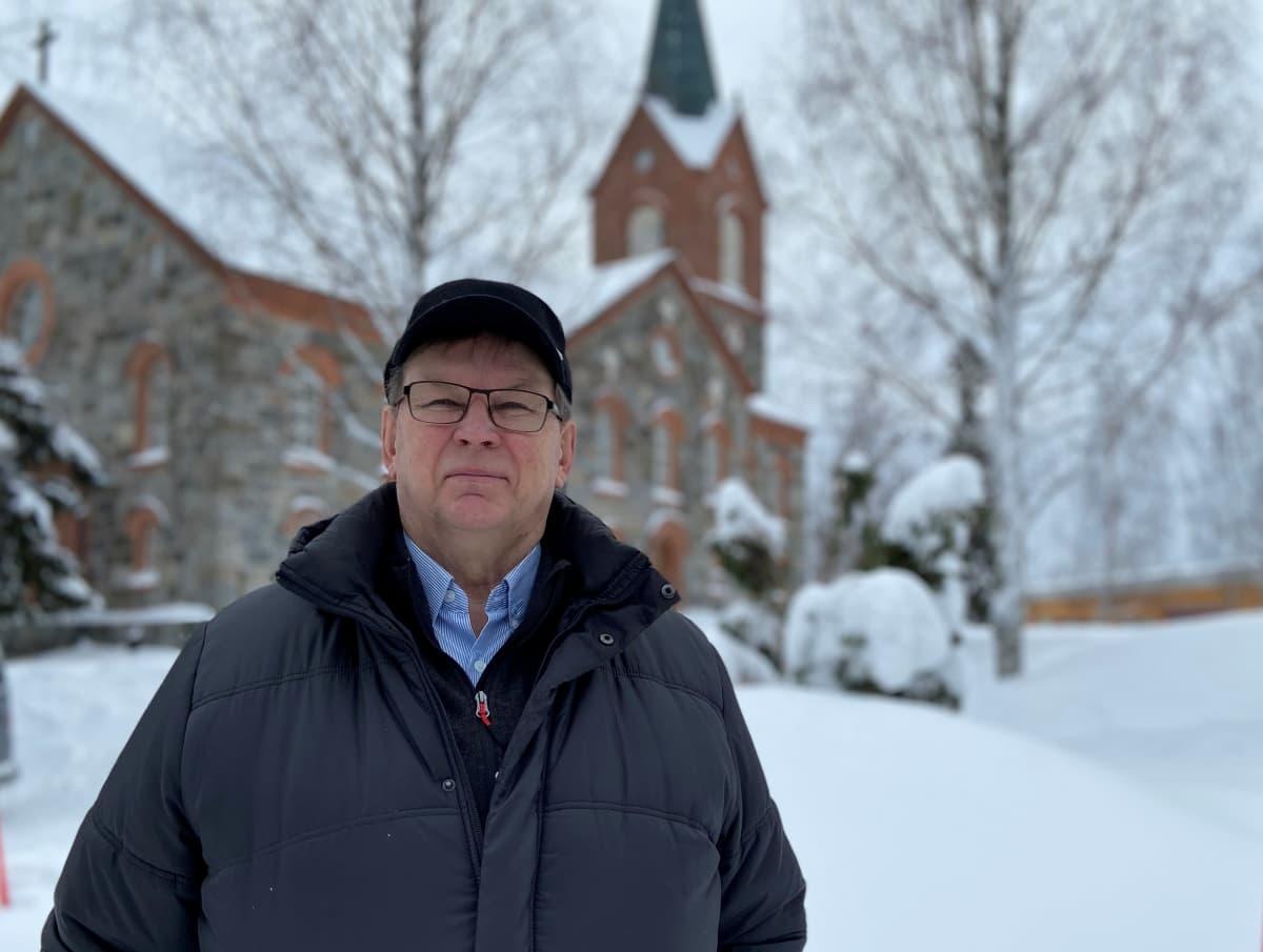 Pekka Pärnänen Juvan kirkon edustalla.
