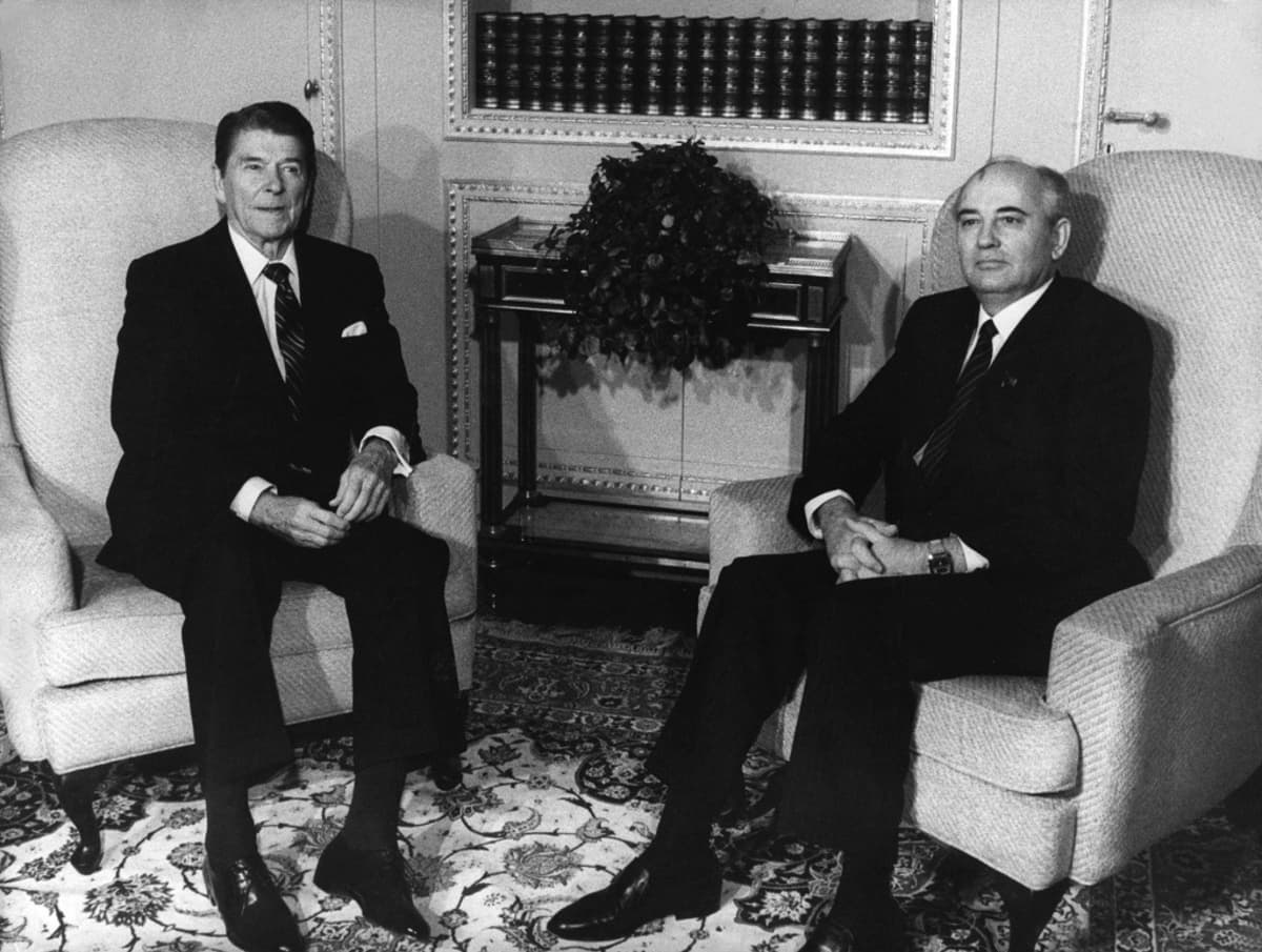 Yhdysvaltain presidentti Ronald Reagan ja Neuvostoliiton pääsihteeri Mihail Gorbatšov tapasivat Genevessä Sveitsissä 1985.