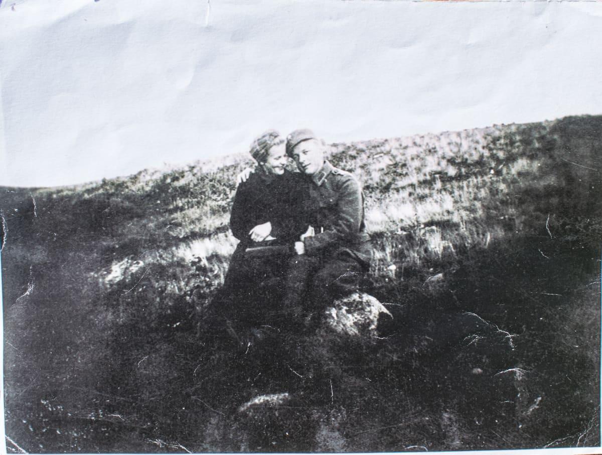 Lyyli ja Veikko Vassinen istumassa Jyväskylän harjulla sota-aikaan.