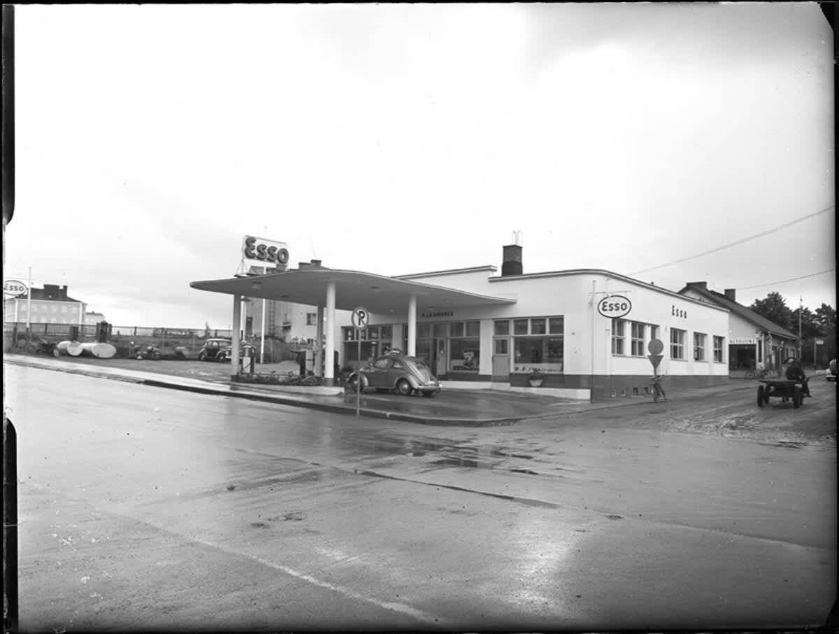 Vanha kuva Esso-huoltoasemasta, joka sijaitsi nykyisen rakennuksen paikalla.