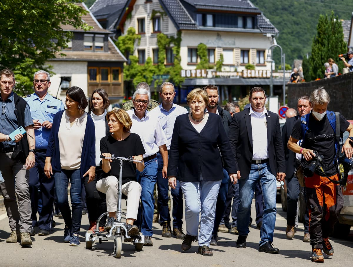 Saksan liittokansleri Angela Merkel (keskellä) vieraili sunnuntaina kovia kokeneessa Schuldin kunnassa.