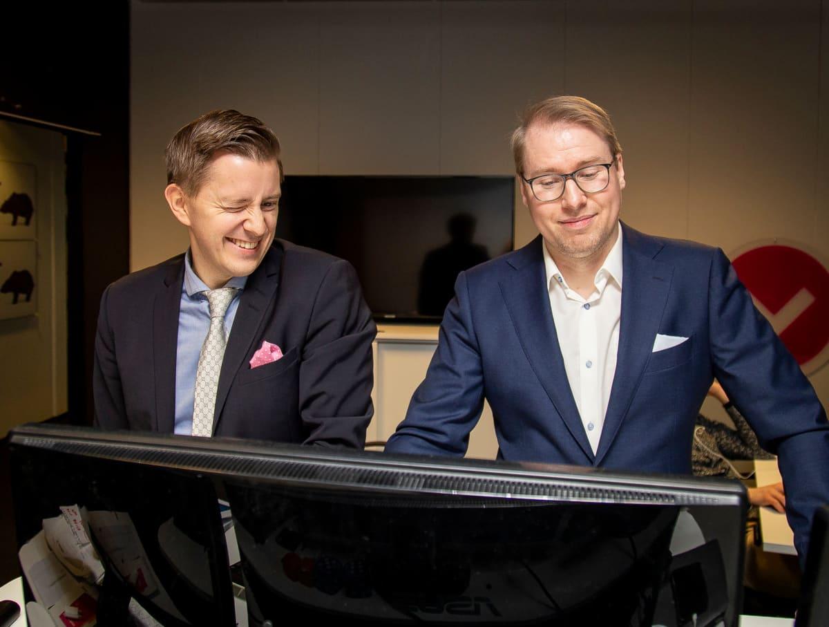 Pääanalyytikko Sauli Vilén ja strategi Juha Kinnunen näyttöpäätteen ääressä Inderesin toimitiloissa Helsingin Ruoholahdessa.
