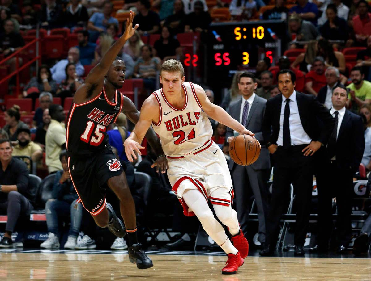 Miami Heatin Okaro White yrittää pysäyttää Lauri Markkasta.