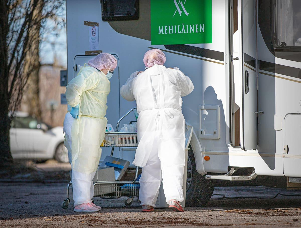Hoitajia Mehiläisen koronavirustestausauton luona Espoossa 19.3.2020.