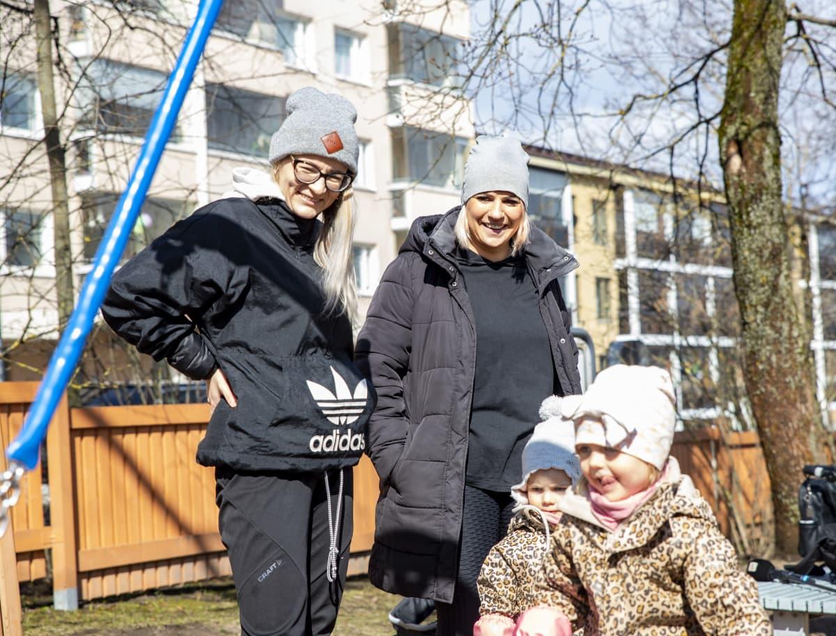 Pinja Kärki ja Hanne Huoso lastensa kanssa leikkipuistossa.