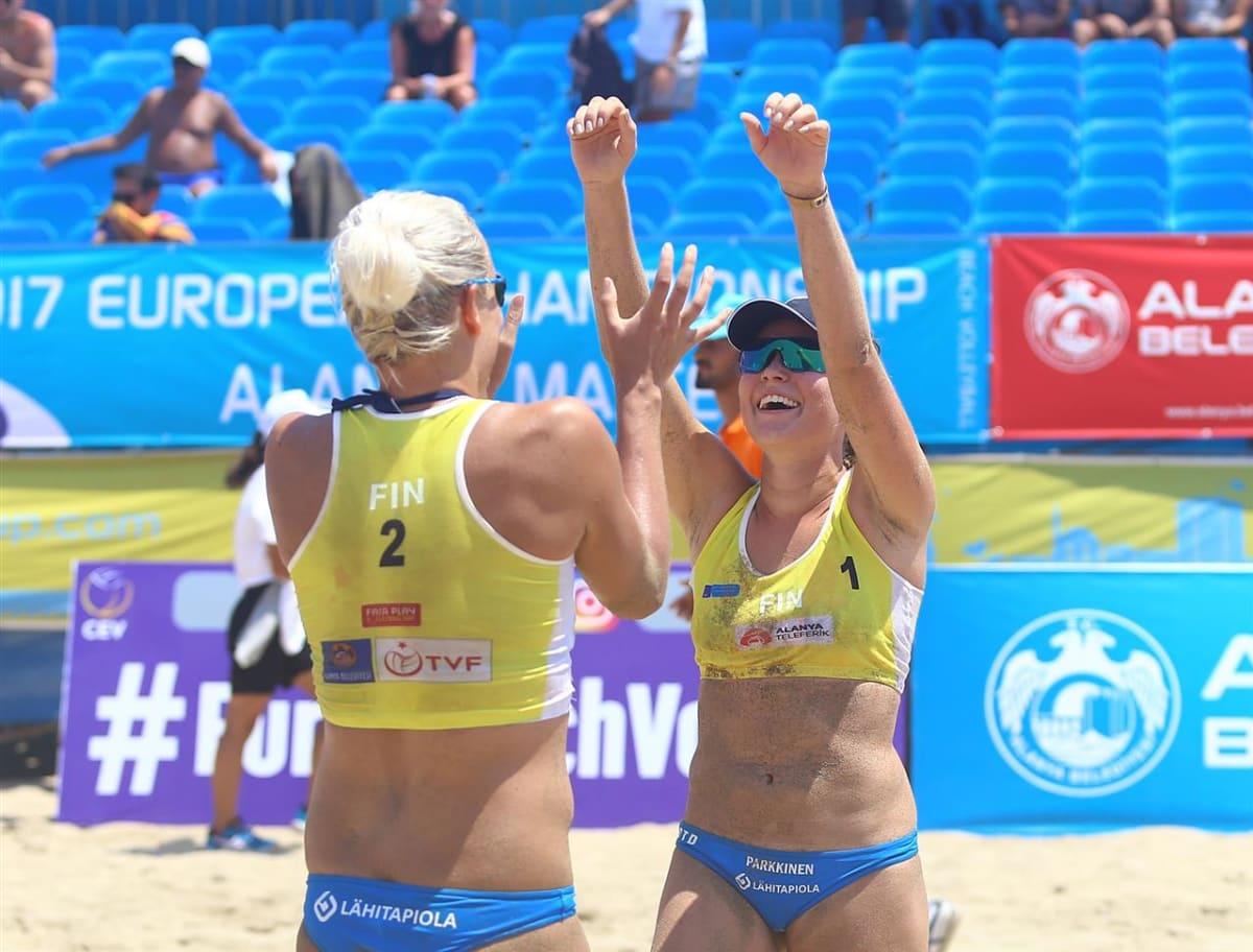 Taru Lahti-Liukkonen ja Anniina Parkkinen juhlivat turnausvoittoa Turkissa.