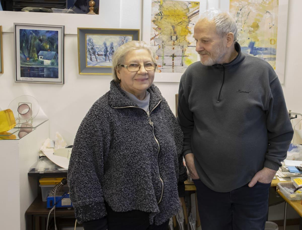 Maire Pyykkö ja Arkadi Anishtshik lasiateljeessa.