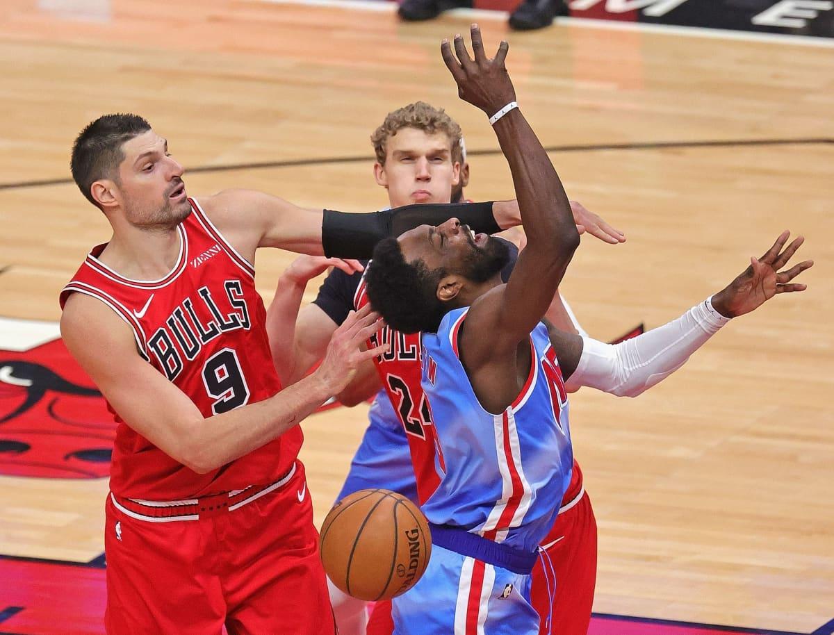 Nikola Vucevicin (vas) saapumisen jälkeen Lauri Markkanen (takana) on jäänyt pienempään rooliin Chicago Bullsissa.