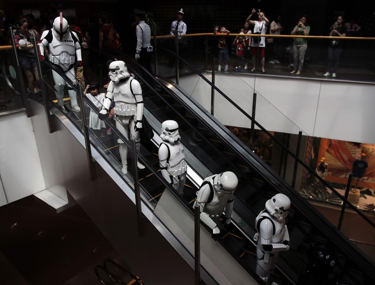 Filippiiniläisfanit juhlivat Star Wars -päivää ostoskeskuksessa Taguigissa.
