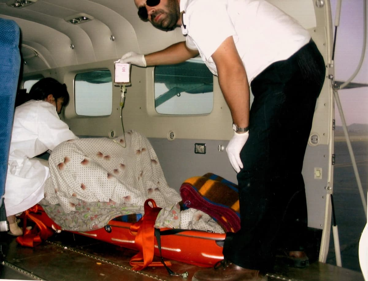 Avustuslentäjä Janne Ropponen Mongoliassa avustamassa lääkäriä Cessna Gran Caravan -lentokoneessa.