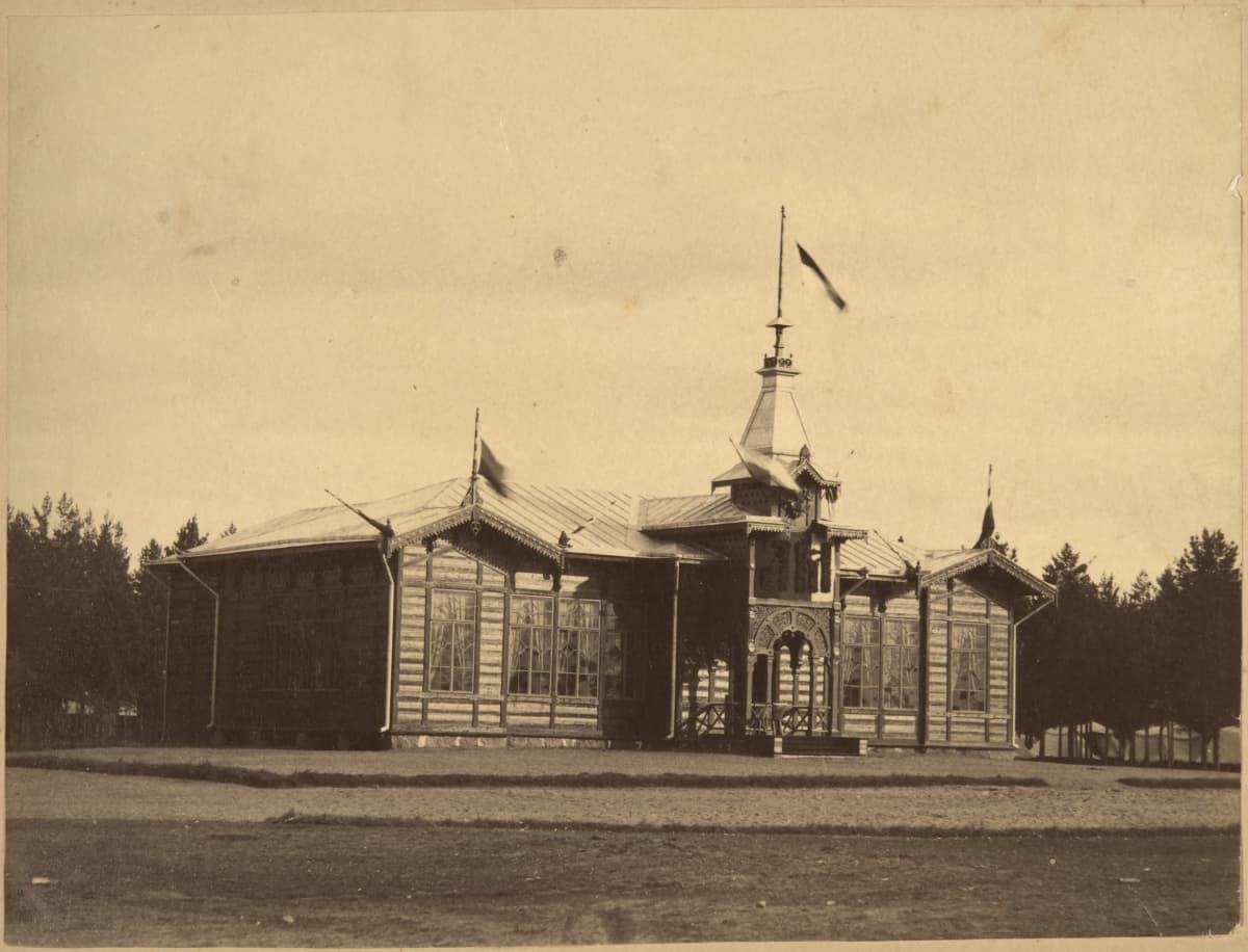 Mustavalkoisessa kuvassa puinen iso keisaripaviljonki