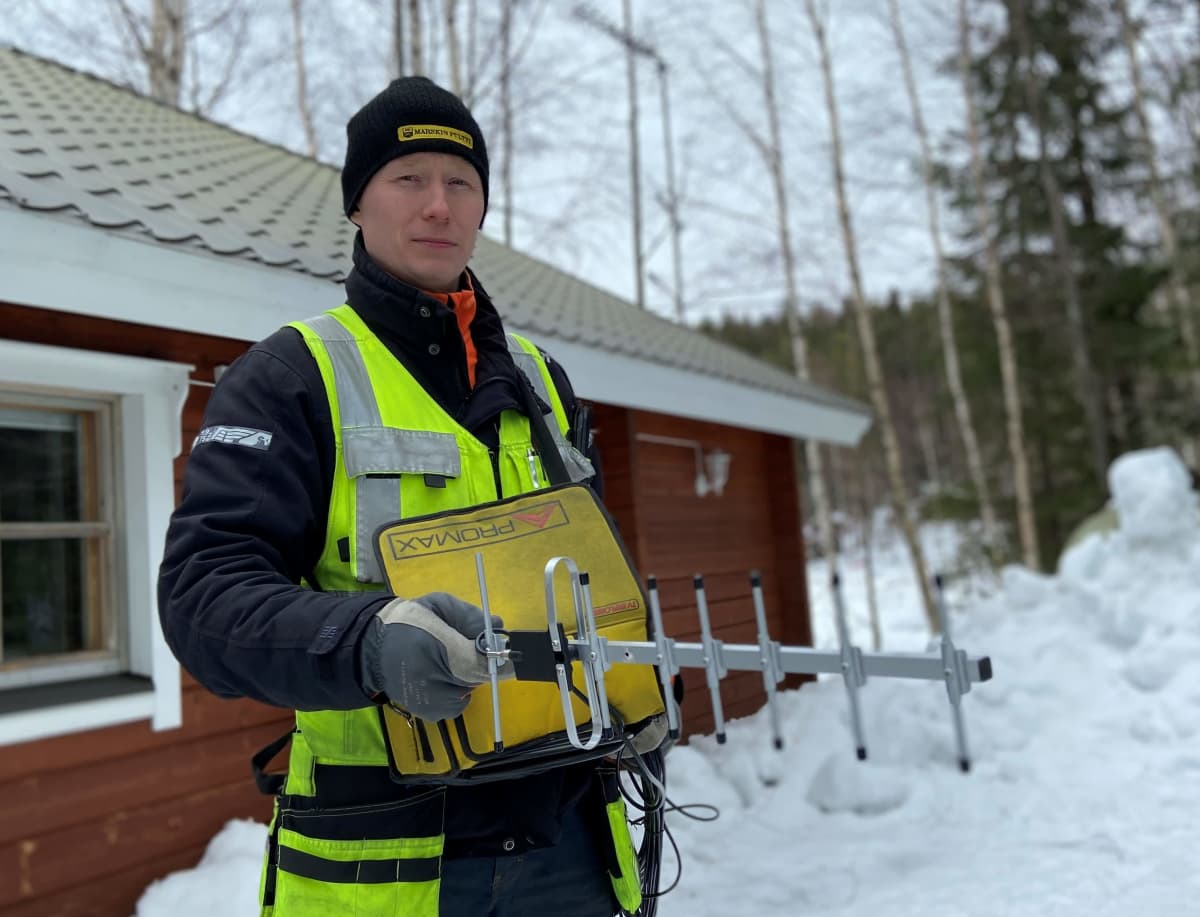 Antenniasentaja Tuomas Tarkiainen mittaa parhaan signaalin eri tukiasemien joukosta.