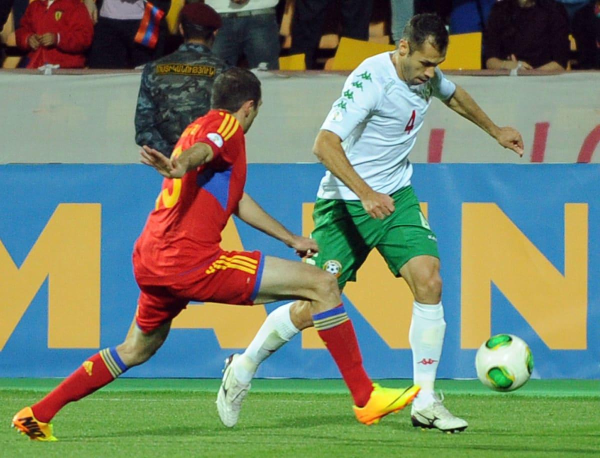 Armenian Kamo Hovhannisjan ja Bulgarian Petar Zanev taistelevat pallosta.