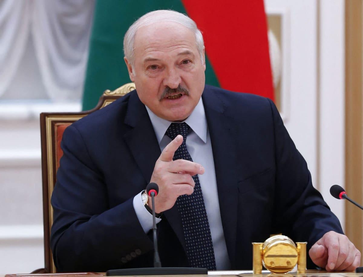 Valko-Venäjän presidentti Aljaksandr Lukašenka pitää oikeaa kättään pystyssä.