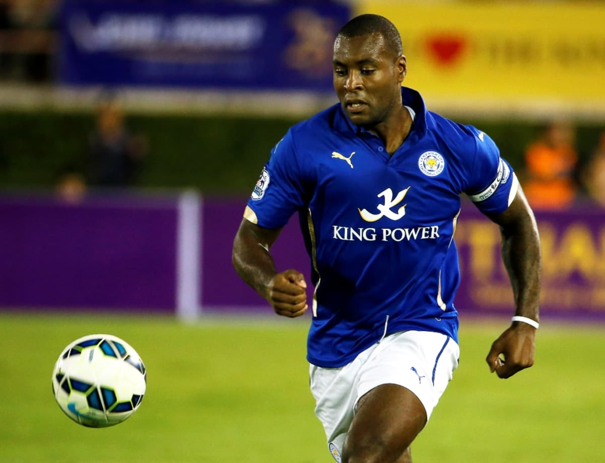 Leicester Cityn Wes Morgan tavoittelee palloa.