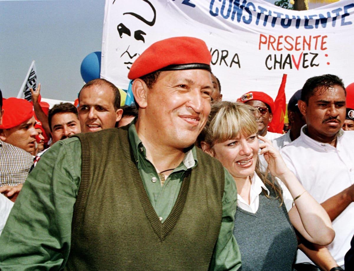 Chávez vaimonsa kanssa vaalimarssilla.