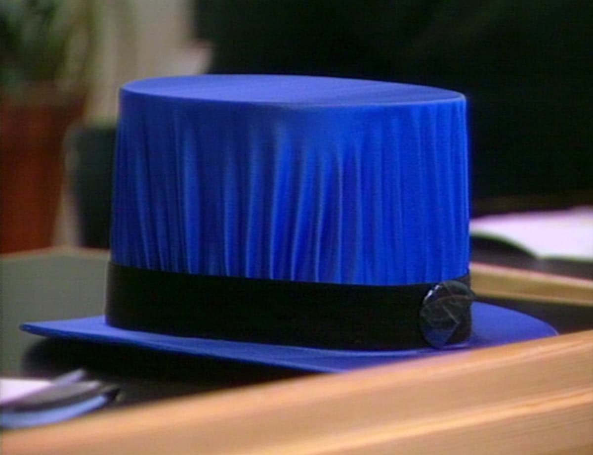 Taiteen tohtorin hattu.