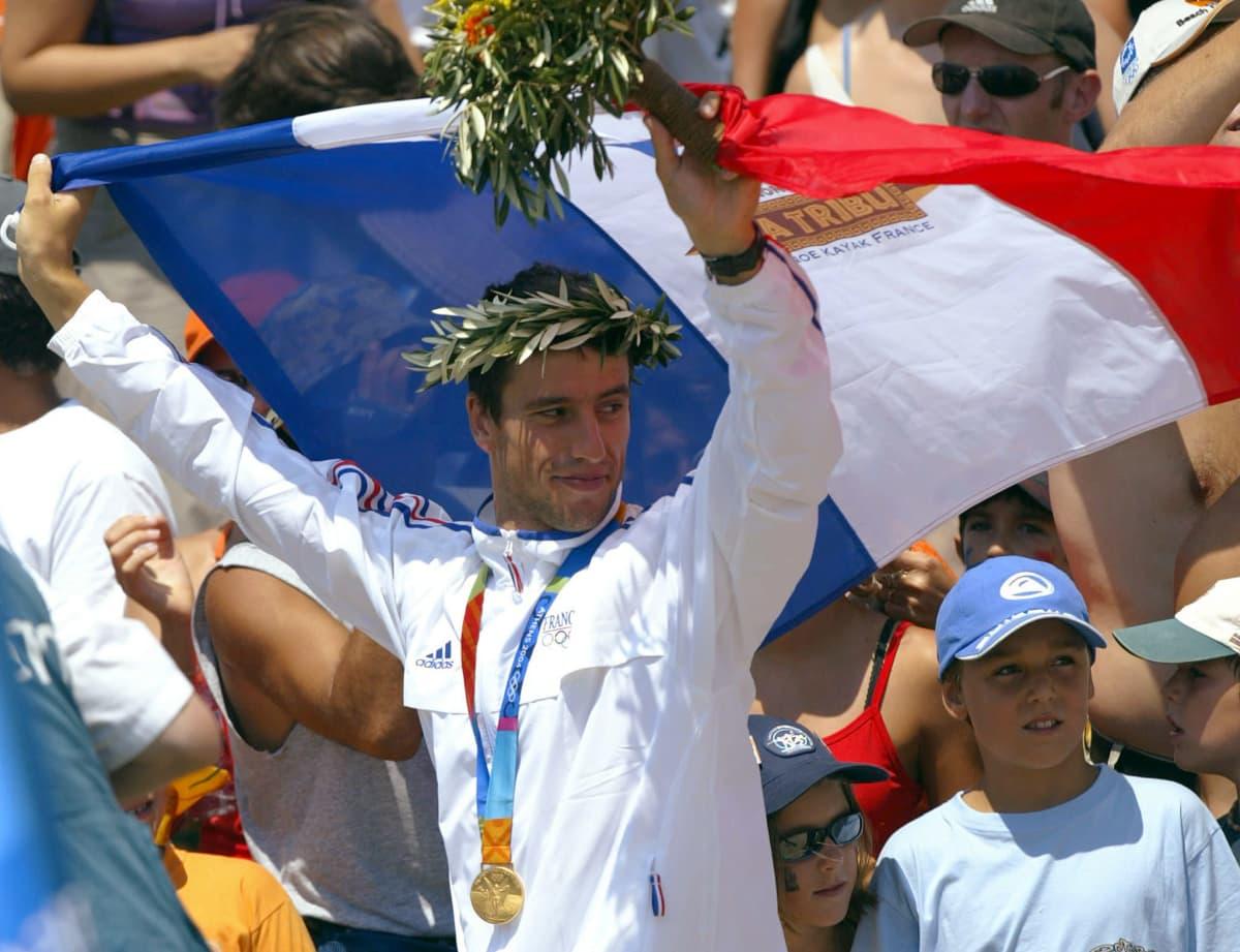 Ranskan Tony Estanguet tuuletti Ateenassa 2004 olympiakultaa, jonka hän sai slovakialaisten mielestä kyseenalaisen videotarkistuksen seurauksena.